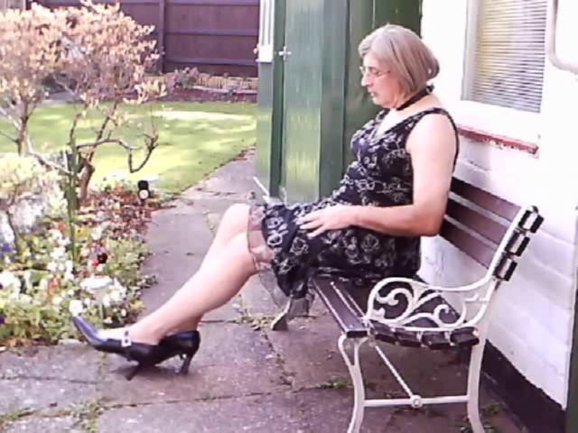 Garden bench, in Black Dress